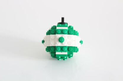 Photo d'une boule de Noel verte en Lego